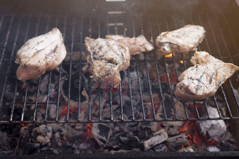 Gril de BBQ avec de la viande savoureuse de blanc de poulet photos stock