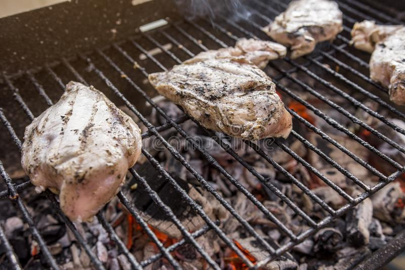 Gril de BBQ avec de la viande savoureuse de blanc de poulet image libre de droits