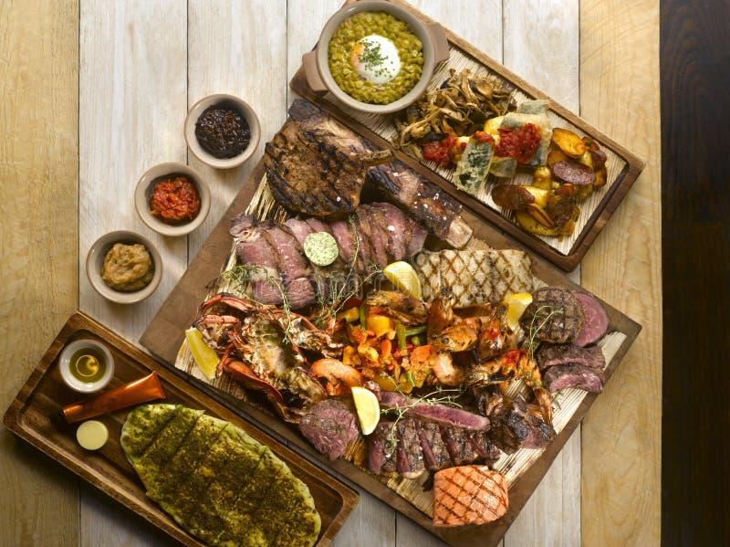 Gril de fruits de mer de bifteck d'Osia avec du boeuf, porc, lard, jambon, saucisses, photo libre de droits