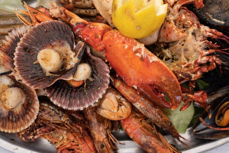 Gril de fruits de mer sur un plateau images libres de droits