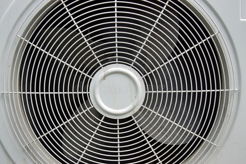 Gril de l'unité extérieure du climatiseur photos stock