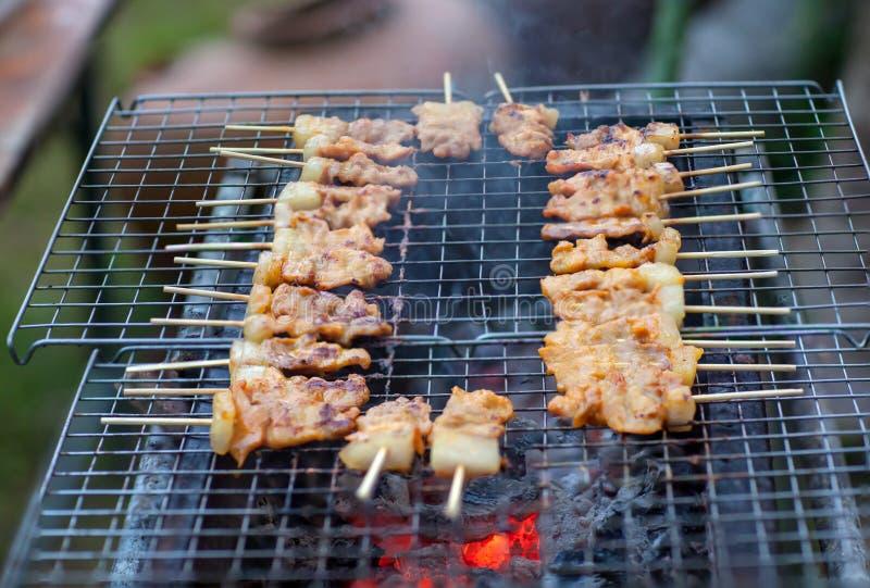 Gril de pain grillé de porc de barbecue ou griller le porc avec la préparation thaïlandaise de nutrition de garniture pour la cui photographie stock