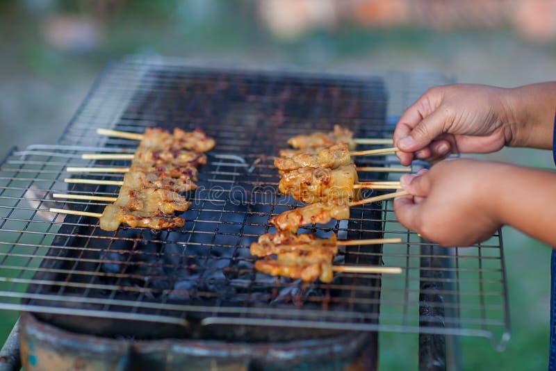 Gril de pain grillé de porc de barbecue ou griller le porc avec la préparation thaïlandaise de nutrition de garniture pour la cui photo stock