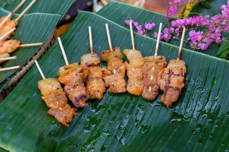 Gril de pain grillé de porc de barbecue ou griller le porc avec la préparation thaïlandaise de nutrition de garniture pour la cui images stock