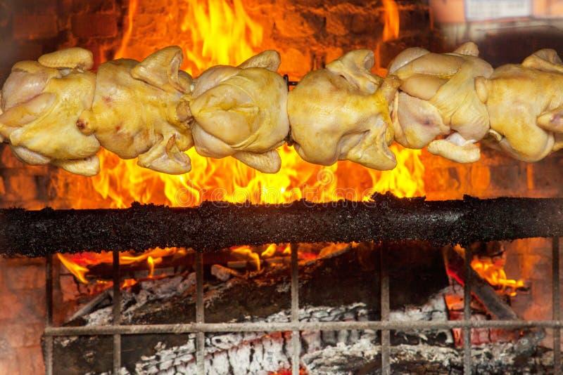Gril de poulets de charbon de bois dans San José photographie stock libre de droits