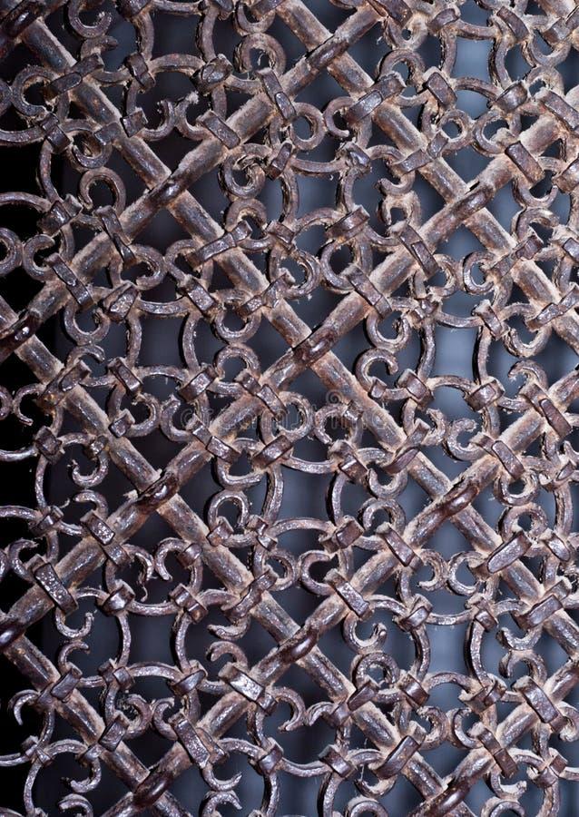Gril en métal de vintage avec les modèles fleuris photos libres de droits