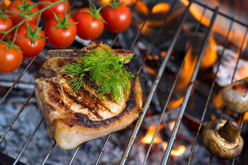 Gril et tomatoe d'enjeu photographie stock libre de droits