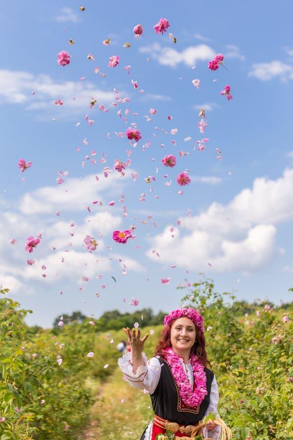 Gril miotania róże w powietrzu obraz royalty free