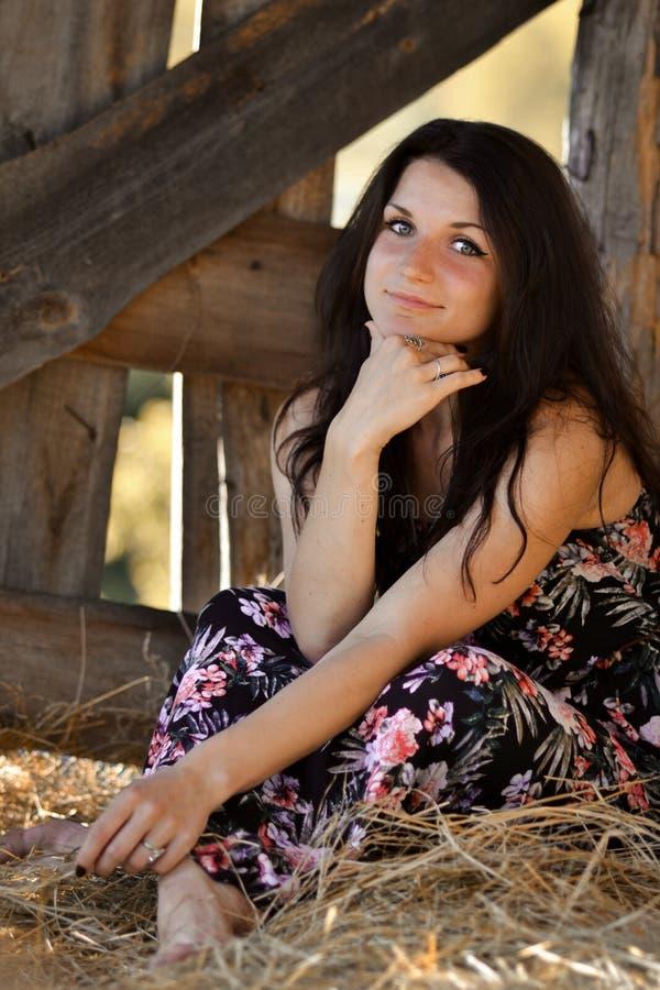 Gril op het hooi met geluk stock afbeeldingen