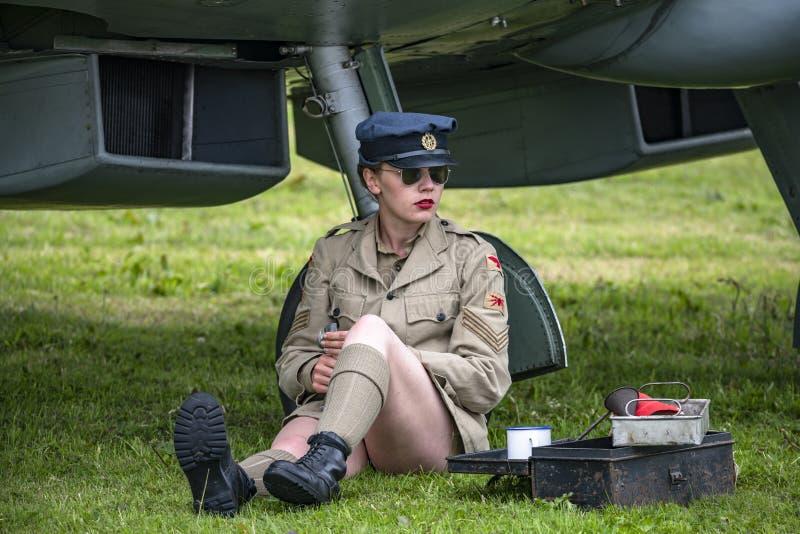 Gril s'est habillé dans l'uniforme d'armée de terre, photos libres de droits