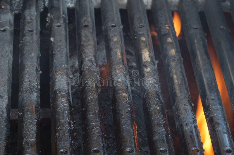 Gril sale de BBQ avec des flammes photos stock