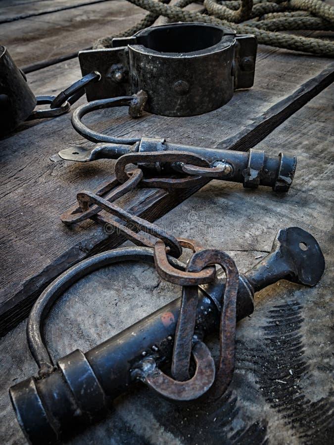 Grilhões, ferramenta medieval para a privação da liberdade fotografia de stock