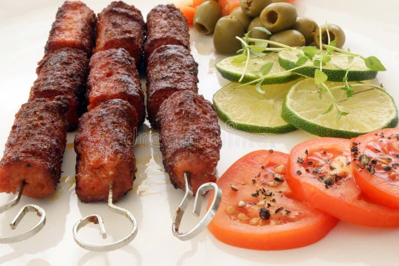 Grillé hachez le roulis avec les légumes frais image stock