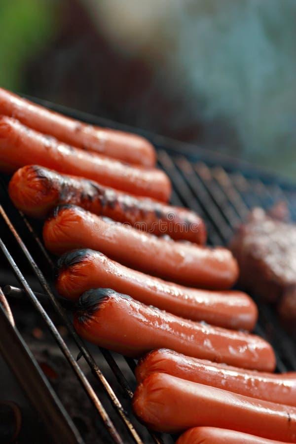 grillów hotdogs obrazy royalty free