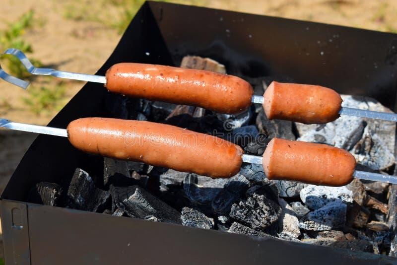 Grill auf Frischluft ein Kebab von den Würsten auf einem Messingarbeiter stockfotografie