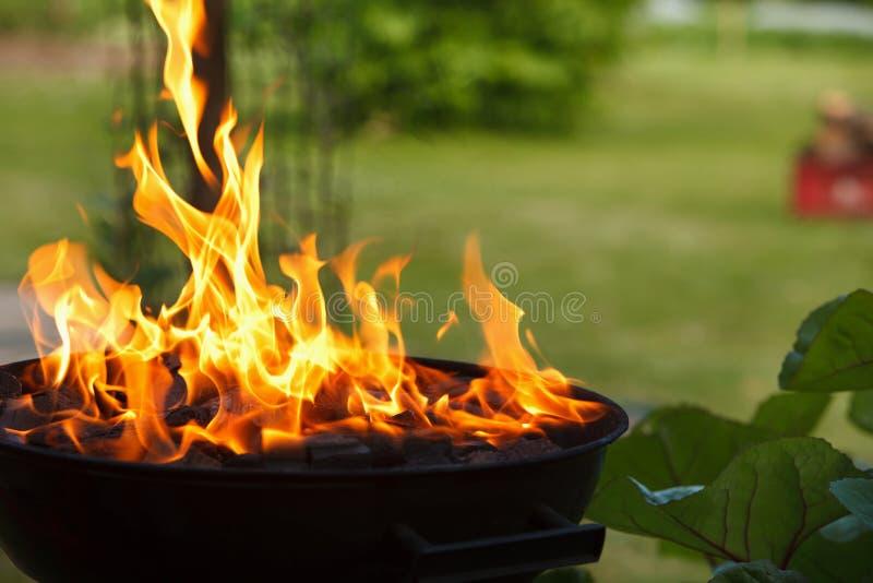Grill in den Flammen stockfoto