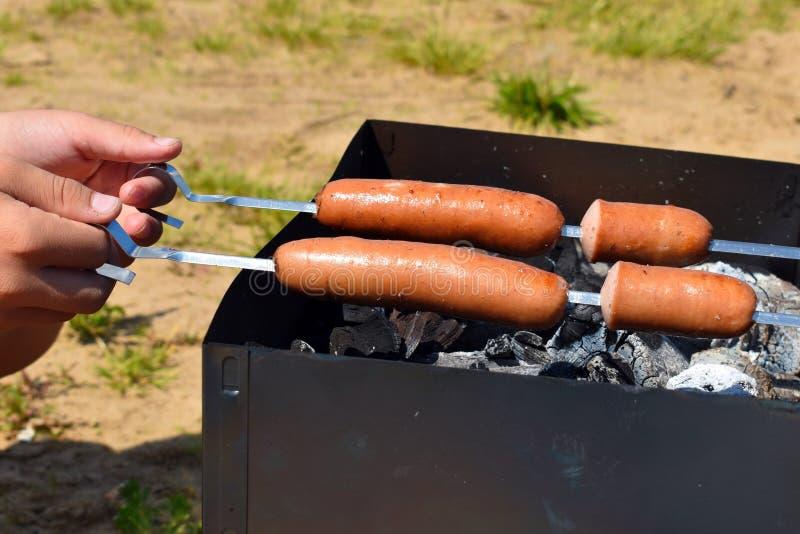 Grill drau?en ein Kebab von den Würsten auf einem Messingarbeiter stockfotografie