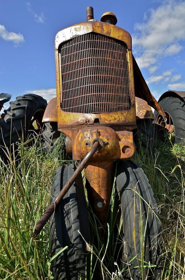 Grill en krukas van een oude tractor stock fotografie