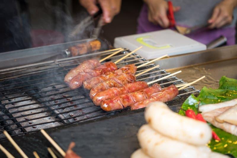 Grill i pieczeń z tajwańskimi kiełbasy zdjęcia royalty free