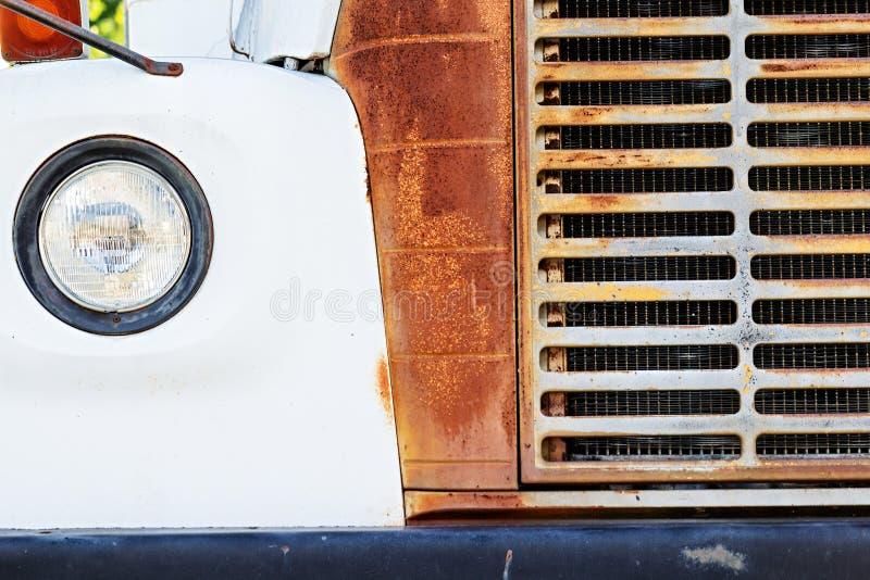 Grill i reflektor stary rdzewiejący biały autobus zdjęcia stock