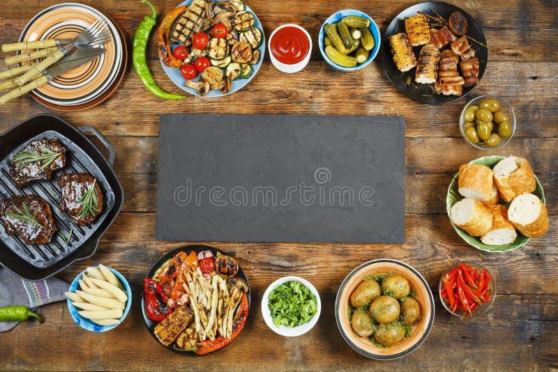 Grill, kopii przestrzeń, przekąski, piec na grillu mięso, sałatki, piec na grillu vege zdjęcie royalty free