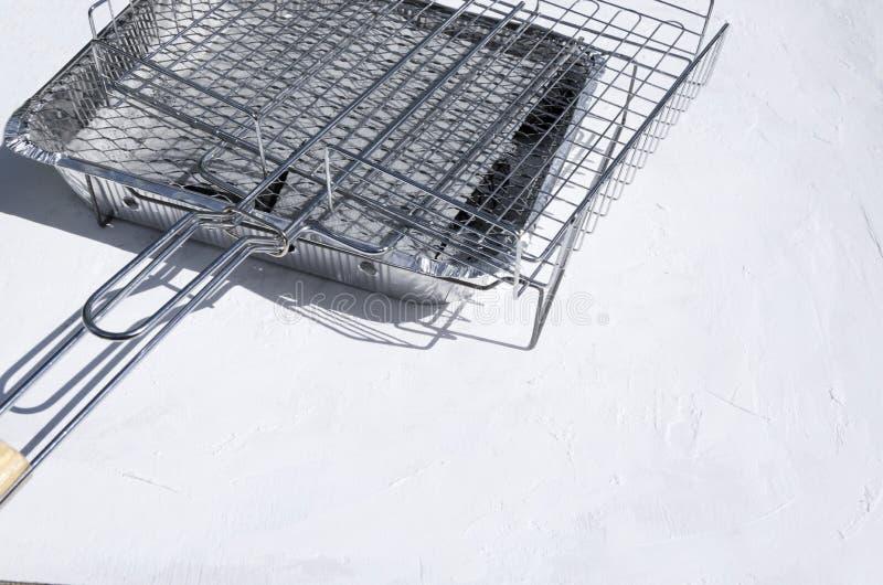Grill kratownicy na białym stole Set nowi grille obraz stock