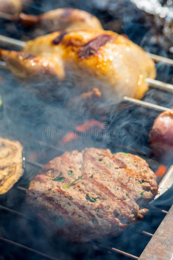 grill Kwartels op de grill Gebraden vleesvarkensvlees met gebraden gerechten en groenten in het zuur Grillburgers Grillgroenten G stock afbeeldingen