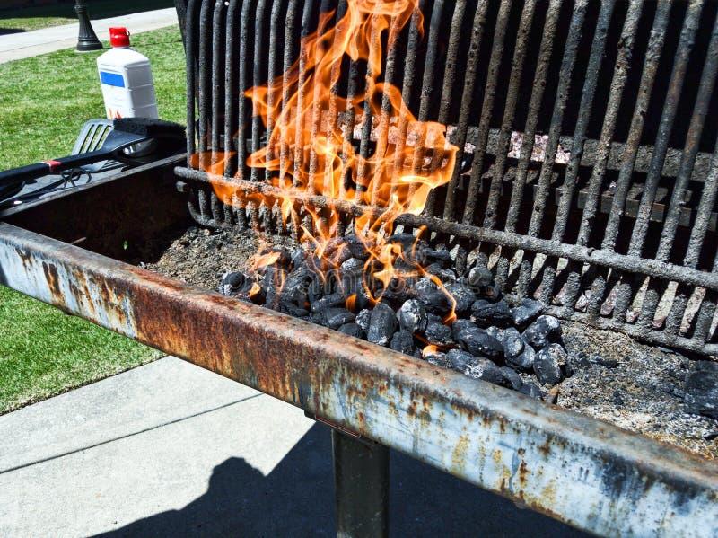 Grill met steenkool op brand stock fotografie