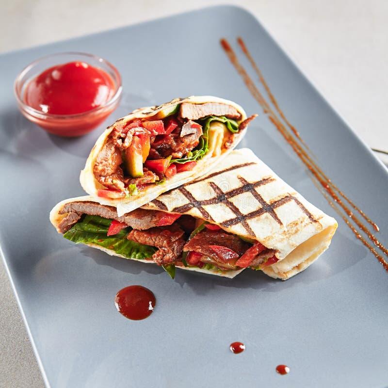 Grill Mięsny Shaverma Kebab z warzywami lub Doner zdjęcie royalty free