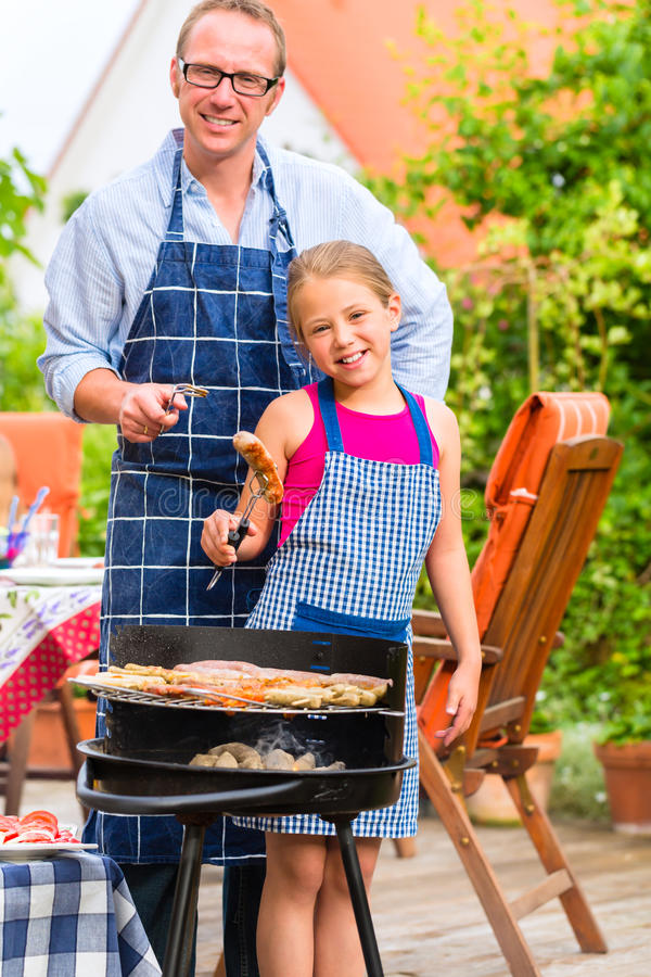 Grill mit Familie im Garten lizenzfreie stockfotografie