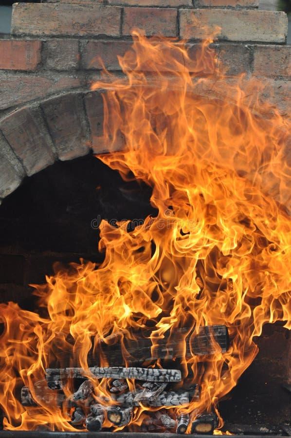 Grill mit Feuer stockfotografie