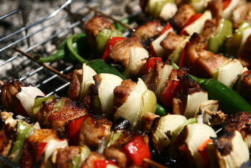 Grill mit köstlichem gegrilltem Fleisch stockfoto