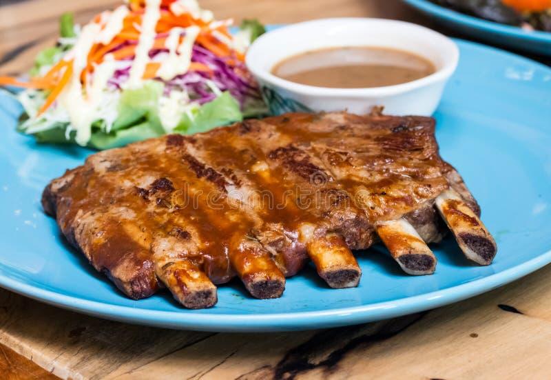 Grill-Schweinsrippchen auf Teller lizenzfreie stockbilder