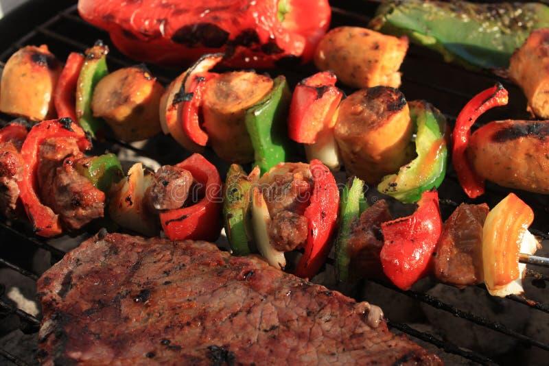 Grill shish Kabob und Steak lizenzfreie stockfotografie
