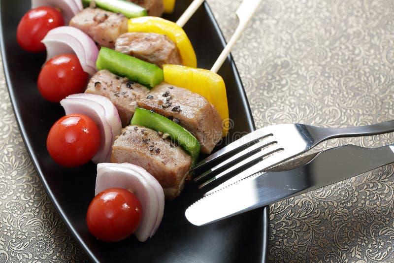 Grill spießt bunte Kebabs auf lizenzfreies stockfoto