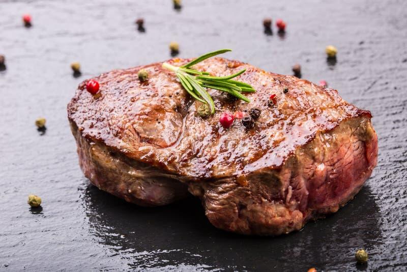 Grill wołowiny stek Porci gęstej wołowiny polędwicy soczyści stki na grilla teflon niecce lub starej drewnianej desce obrazy stock