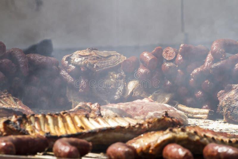 Grill z kiełbasami i wieprzowin kiełbasami zdjęcia royalty free