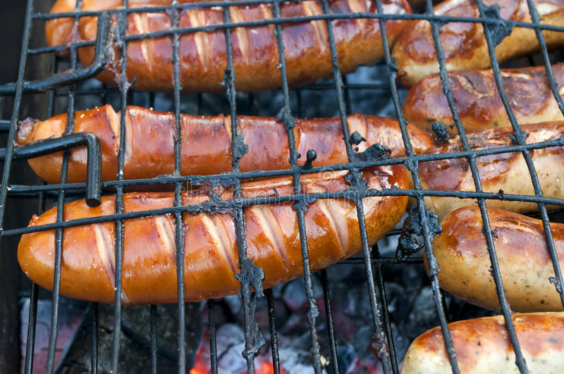 Grill z ognistymi kiełbasami na grillu obrazy stock