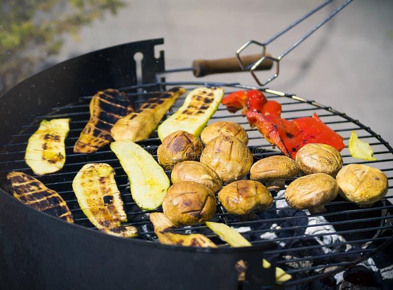 Grilla grönsaker på chargrill grillfester Matlagninggrönsaker på gallerpannan i en örtmarinad, bästa sikt fotografering för bildbyråer