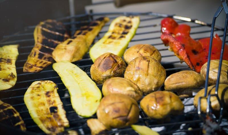 Grilla grönsaker på chargrill grillfester Matlagninggrönsaker på gallerpannan i en örtmarinad, bästa sikt royaltyfri foto