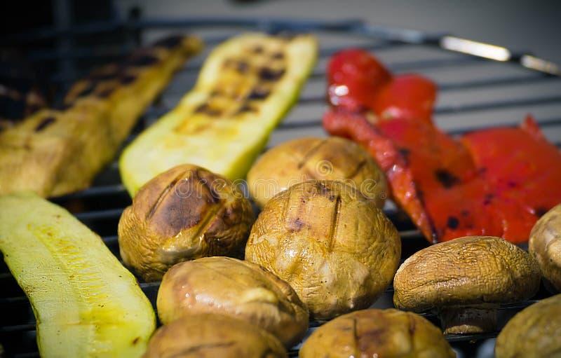 Grilla grönsaker på chargrill grillfester Matlagninggrönsaker på gallerpannan i en örtmarinad, bästa sikt arkivbilder