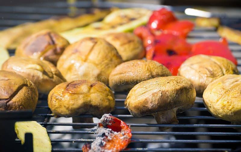 Grilla grönsaker på chargrill grillfester Matlagninggrönsaker på gallerpannan i en örtmarinad, bästa sikt arkivbild