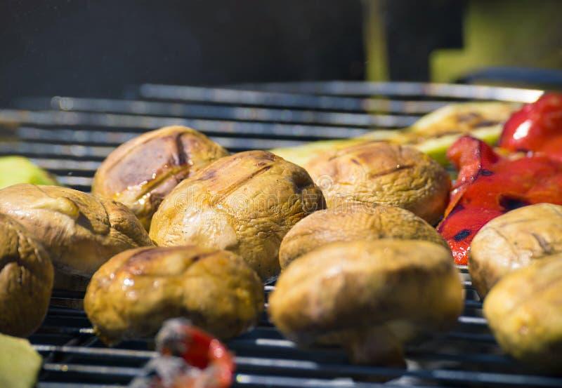 Grilla grönsaker på chargrill grillfester Matlagninggrönsaker på gallerpannan i en örtmarinad, bästa sikt arkivfoto