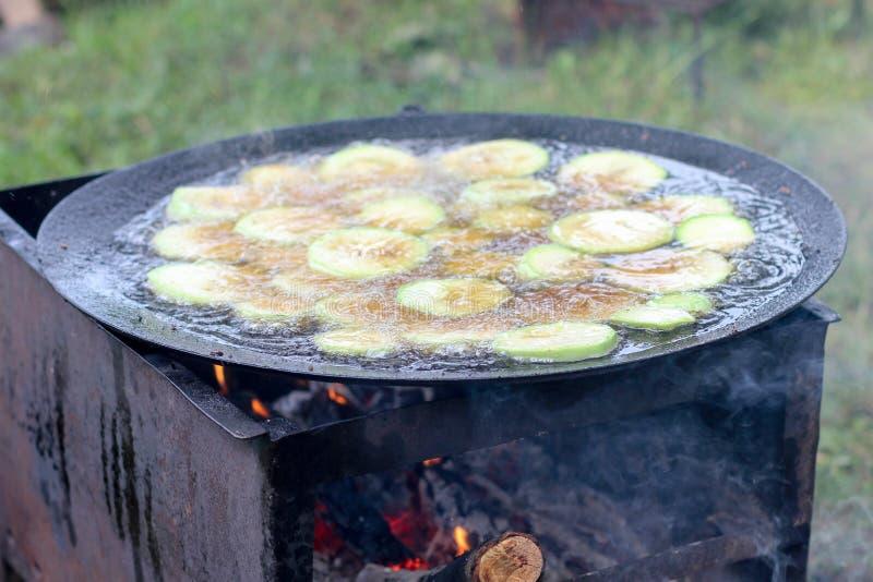 Grilla grönsaker på grillfest, zucchinin och aubergine arkivfoto