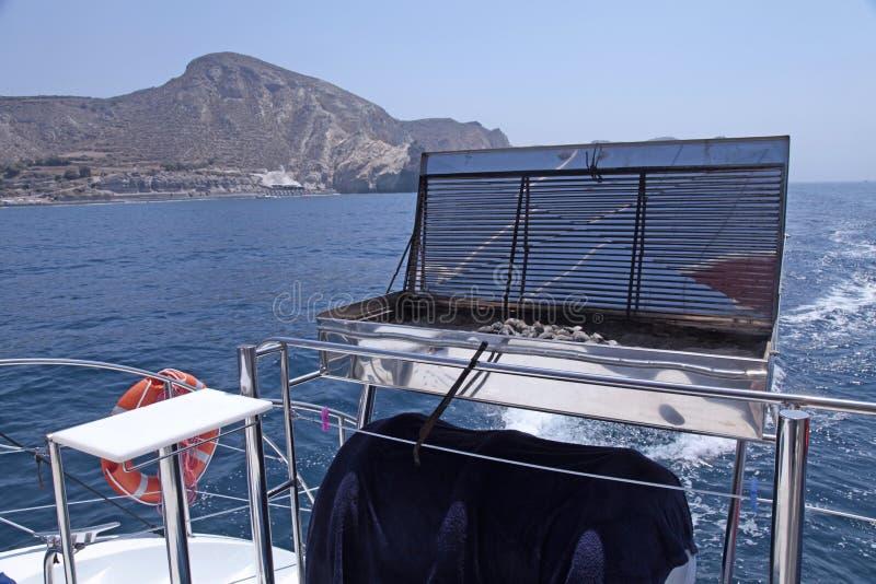 Grilla grill na dennym jachtu pokładzie zdjęcia stock