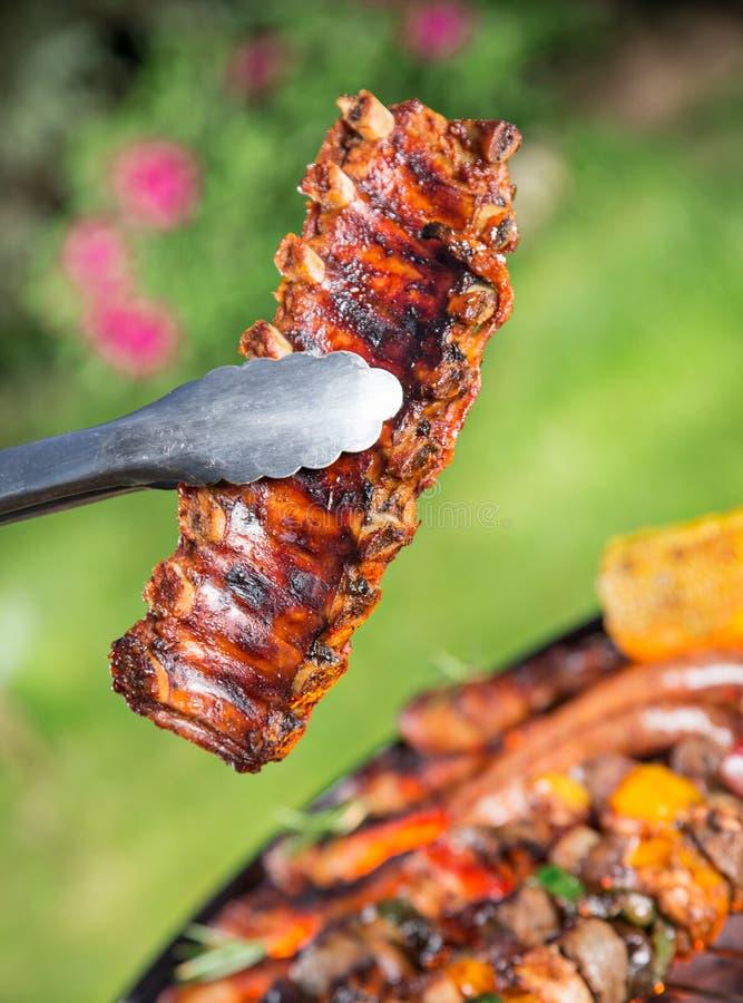 Grilla grill z smakowitym mięsem, zakończenie zdjęcie royalty free