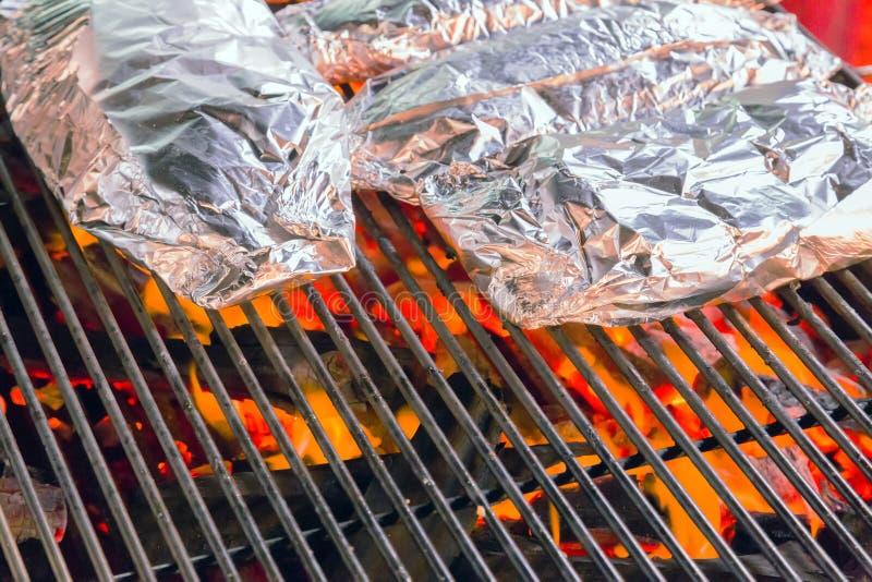 Grilla grilla kulinarny jedzenie w aluminium zdjęcie stock