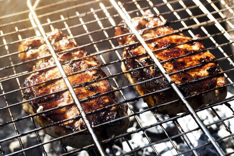 grilla meat Utomhus- matlagning på familjhelg royaltyfri bild