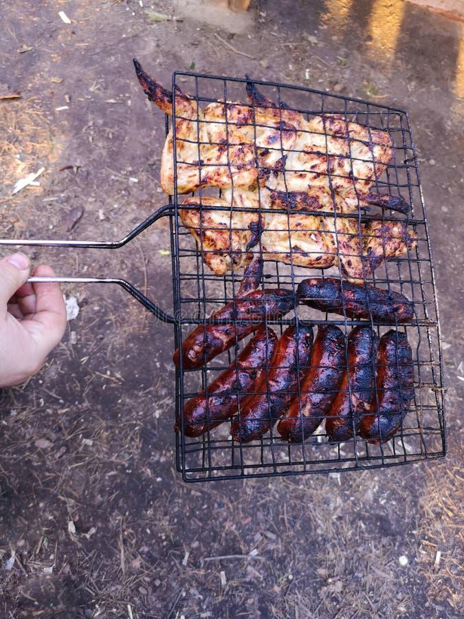 Grilla och att steka nytt k?tt, h?nagrillfesten, korven, kebaben, hamburgaren, gr?nsaker, BBQ, grillfesten, skaldjur grillat arkivfoton