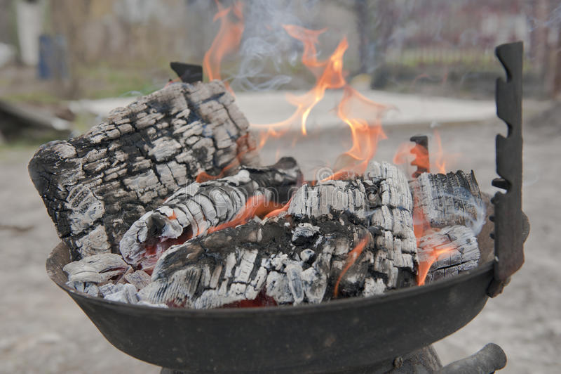 grilla pożarniczy drewno obrazy stock